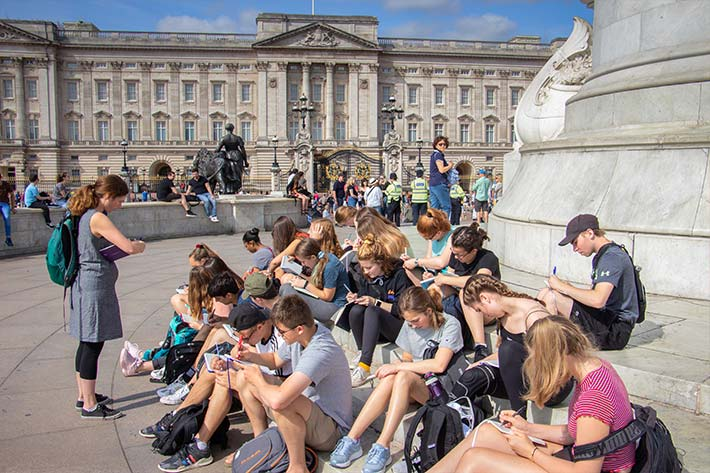 Class in front of Buckingham Palace